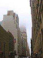 Empire state building v oblacích a mlze