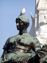 London Buckingham Palace statue